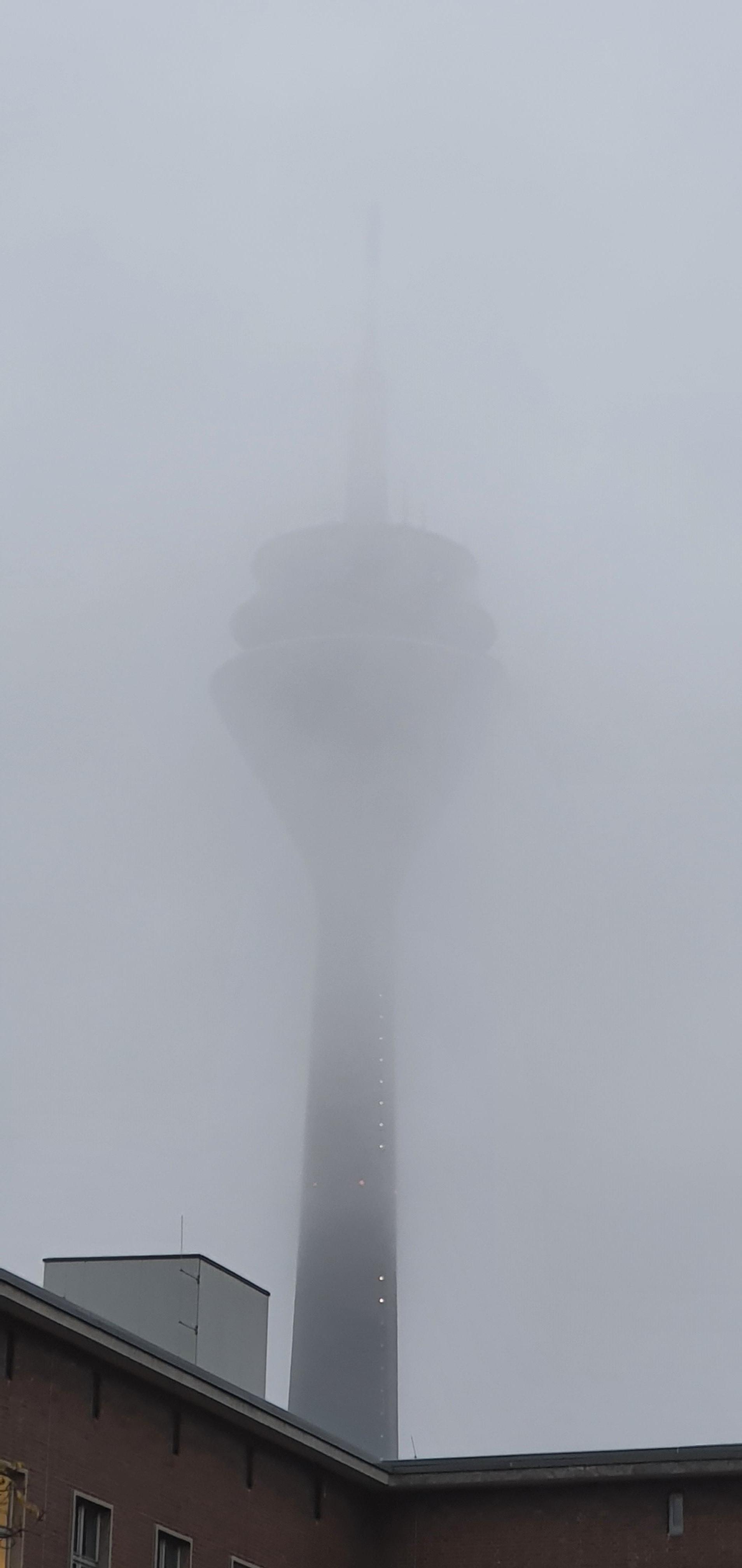 Rheinturm im Nebel