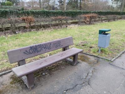 Parkbank mit Mülleimer